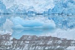 Spiegeling-in-fjord-Spitsbergen